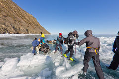 Le lac Baïkal, Russie, le 24 mars Le croisement par la fente dedans Images stock