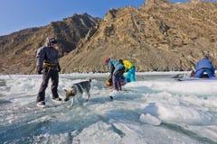 Le lac Baïkal, Russie, le 24 mars Le croisement par la fente dedans Photo stock