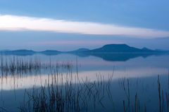 Le Lac Balaton après coucher du soleil Images stock