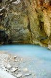 Le lac bleu de sulfure d'hydrogène est apparu dans une caverne photographie stock libre de droits