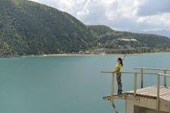 Le lac bleu Kazenoi de montagne suis dans la République tchétchène un jour ensoleillé d'été photographie stock libre de droits