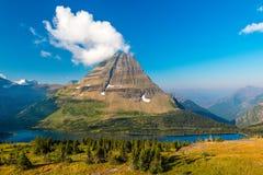 Le lac caché donnent sur le parc national de glacier photos stock