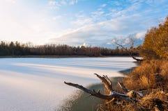 Le lac congelé sous le ciel bleu Photo libre de droits