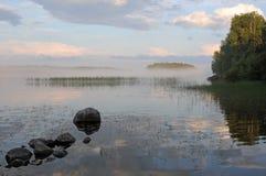 Le lac dans le brouillard Matin images stock