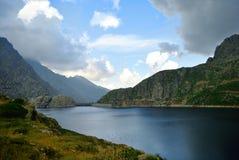 Le lac dans le mountaine Images libres de droits