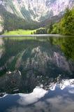 Le lac dans les Alpes Photo libre de droits