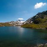Le lac dans les Alpes Photographie stock libre de droits