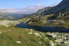 Le lac dans les montagnes Photographie stock libre de droits