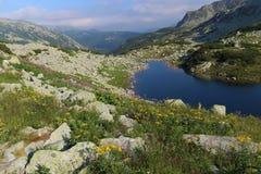 Le lac dans les montagnes Images stock