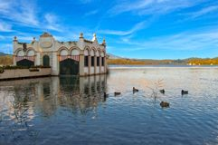 Le lac de Banyolas sous le ciel bleu à Gérone Photographie stock libre de droits