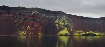 Le lac de cratère de Ljotipollur, profondément à l'intérieur des montagnes de l'Islande image libre de droits