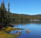 Le lac de montagne photo stock