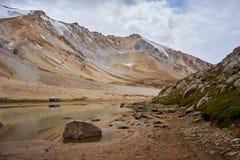 Le lac de montagne près de la chaîne d'Alai Photo stock