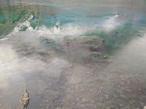 Le lac de montagne reflète toujours des roches Photo libre de droits