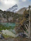 Le lac de montagne reflète toujours des roches Photographie stock