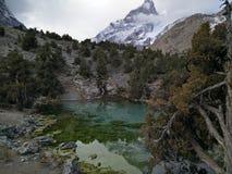 Le lac de montagne reflète toujours des roches Photos libres de droits