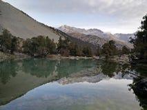 Le lac de montagne reflète toujours des roches Images libres de droits