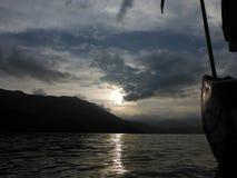 Le lac de Pokhara au crépuscule vu d'un bateau Photos libres de droits