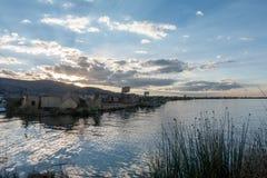 Le lac de titicaca et ses villages de flottement images libres de droits