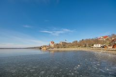 Le lac doux au Saxe-Anhalt en Allemagne avec le château couronné de Seeburg photo libre de droits