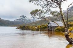 Le lac dove boatshed en montagne NP, Tasmanie de berceau images libres de droits