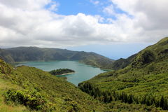 Le lac du feu dans l'ancien cratère du volcan Lagoa font Fogo sur l'île de San Miguel Photographie stock