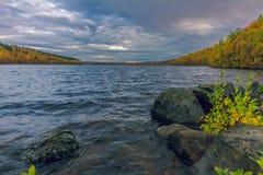 Le lac en automne Photographie stock