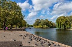 Le lac en parc du ` s de régent image libre de droits