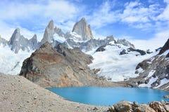 Le lac et Fitz Roy font une pointe en parc national de visibilité directe Glaciares, EL Chaltén, Argentine Image libre de droits
