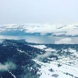 Le lac et la neige Okanagan ont couvert le paysage de forêt Images stock
