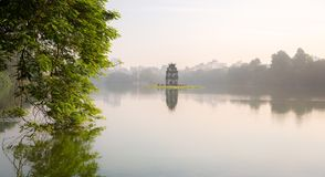 Le lac et la tortue Hoan Kiem dominent, Hanoï, Vietnam photos libres de droits