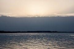 Le lac et le coucher de soleil Images libres de droits