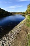 Le lac et le feuillage hessois près soutiennent la montagne, NY. Photographie stock libre de droits