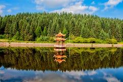 Le lac et le pavillon Photographie stock