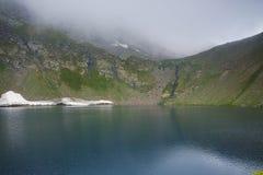Le lac eye en nuages, les sept lacs Rila Image stock