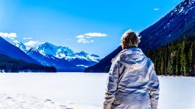 Le lac Ffrozen Duffey et la neige ont couvert des crêtes de bâti Rohr AVANT JÉSUS CHRIST au Canada photographie stock