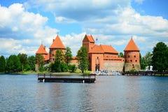 Le lac Galves, vieilles briques rouges de Trakai se retranchent la vue Photo stock