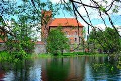 Le lac Galves, vieilles briques rouges de Trakai se retranchent la vue Photographie stock libre de droits