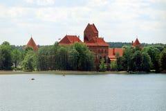 Le lac Galves, vieilles briques rouges de Trakai se retranchent la vue Photos stock