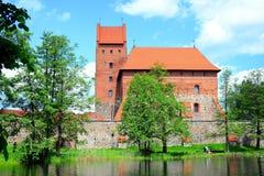 Le lac Galves, vieilles briques rouges de Trakai se retranchent la vue Images libres de droits