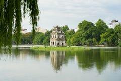 Le lac Hoan Kiem ou le lac sword, Ho Guom à Hanoï, Vietnam avec le saule s'embranche sur le premier plan Photos stock