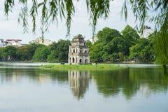Le lac Hoan Kiem ou le lac sword, Ho Guom à Hanoï, Vietnam avec le saule s'embranche sur le premier plan Image libre de droits