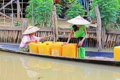 Le lac Inle résident prennent l'eau douce avec le baril, Myanmar Images stock