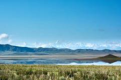 Le lac, le Kazakhstan et le Khan Tengi de montagne de Tuzkol font une pointe Photo libre de droits