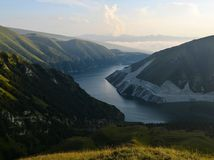 Le lac Kezenoy-suis au temps de coucher du soleil, les montagnes de Caucase, République tchétchène Chechenie, Russie Photos stock