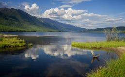 Le lac Leprindo dans les montagnes dans Transbaikalia Image stock