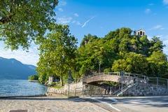 Le lac Maggiore, Caldè, promenade de l'Italie, lac et le Fornaci garent - le parc du Rocca, avec l'église du Veronica de saint images stock