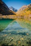 Le lac mountain est très par temps calme images libres de droits