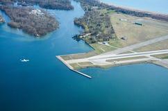Le lac Ontario et ville d'aéroport de Toronto Images stock