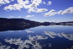 Le lac Oskjuvatn dans les montagnes de l'Islande photographie stock libre de droits